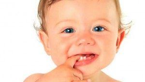 малыш с 2 зубами