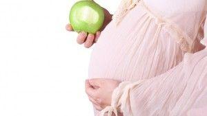 беременная с яблоком