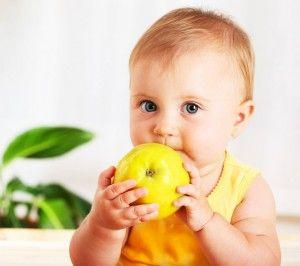 малыш и яблоко