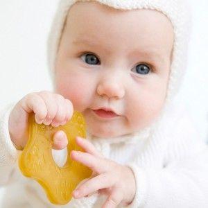 ребенок с резиновым прорезывателем зубов
