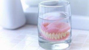 вставная челюст в стакане