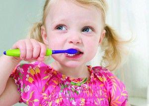 Когда начинать чистить зубы малышу, с какого возраста, детская паста