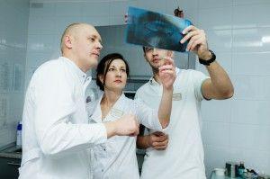 врачи разглядывают снимок