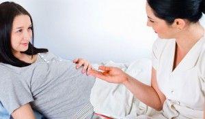 беременная женщина с врачем