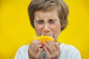 мальчик ест лимон