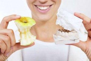 гипсовый слепок зубов и яблоко