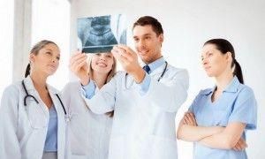 команда врачей смотрит снимок зубов