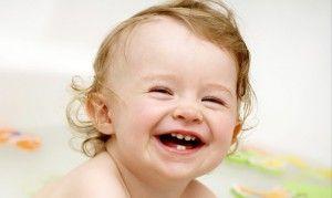 малыш с первыми зубами