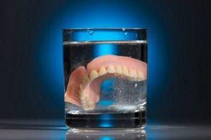 вставная челюсть в стакане