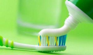 нанесение зубной пасты