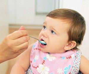 малыша кушает