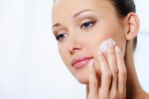 нанесение зубной пасты на лицо